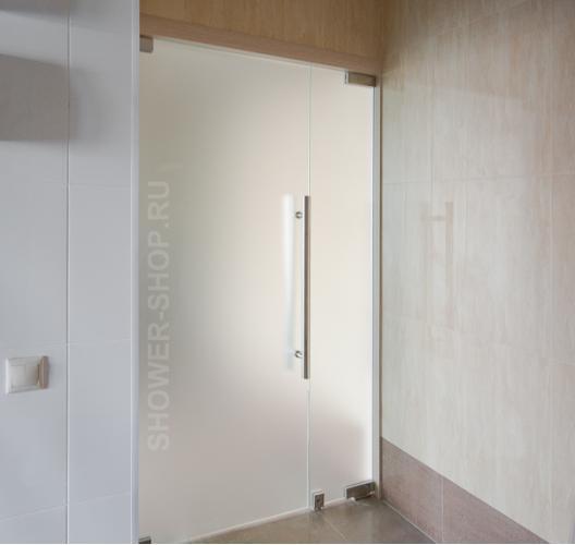 Двустворчатая маятниковая стеклянная дверь с одной ручкой и доводчиком